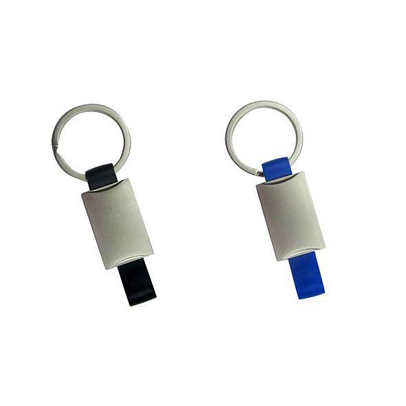 COD.LV058 Llavero publicitario metálico con banda de plástico de color. Presentación en estuche negro con cuna aterciopelada.