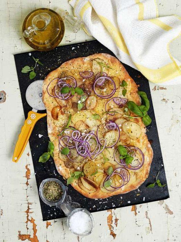 Under sommaren vill vi frossa i färskpotatis. Den här pizzan passar som en liten rätt på buffén eller till välkomstdrinken.