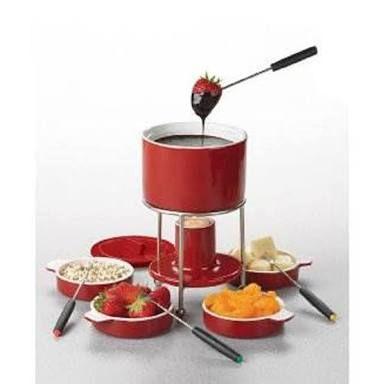 Consiste en sumergir con un pincho pequeñas piezas de alimentos en líquidos calientes como queso derretido, aceite o chocolate, en una pequeña olla de barro cocido o de hierro fundido, común para todos los comensales y colocada en el centro de la misma mesa
