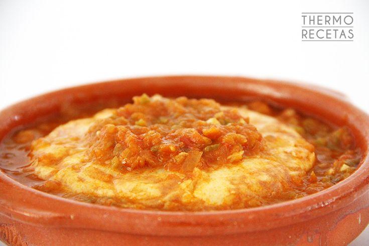 La tortilla guisada es una receta tradicional de aprovechamiento: una tortilla de patata macerada en una salsa de verduras que le aporta una nueva textura y un delicioso sabor.