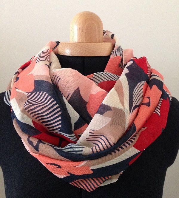 Mily : Foulard noir, blanc, corail, rose. Motifs : fleurs. Création d'accessoires de mode et de décoration pour l'intérieur. Made in France.