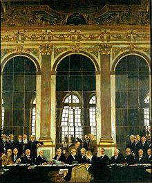 Tratado de Versalles (1919) - El Tratado de Versalles fue un tratado de paz firmado al final de la Primera Guerra Mundial que oficialmente puso fin al estado de guerra entre Alemania y los Países Aliados. Fue firmado el 28 de junio de 1919 en el Salón de los Espejos del Palacio de Versalles, exactamente cinco años después del asesinato del archiduque Francisco Fernando, uno de los principales acontecimientos que habían desencadenado la guerra.