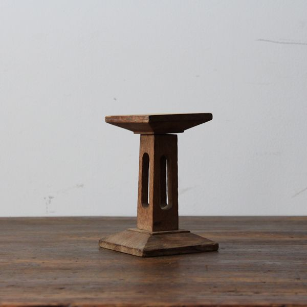 Antique Display stand/イギリスで買付けたアンティークのディスプレイスタンド。 朽ちた気の質感と、主張しすぎない必要最低限のデザイン。 #家具 #ヴィンテージ #北欧 #テーブル #デザイン #アンティーク #デンマーク #イギリス #ハットスタンド