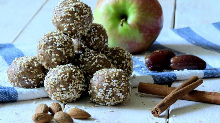 Supereinfaches Rezept für Apfel-Zimt Energy Balls - Toll als gesunder Snack für Zwischendurch oder als schnelles Frühstück.