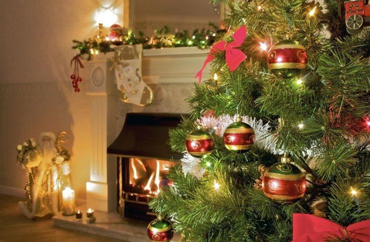 bolas lazos y luces navideñas para decora el árbol de navidad
