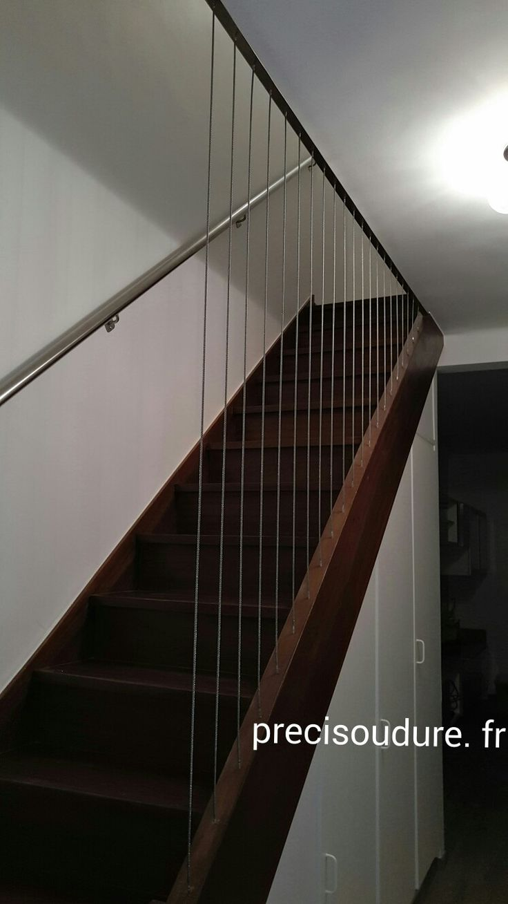 Mise en place de câbles et main courante dans un escalier