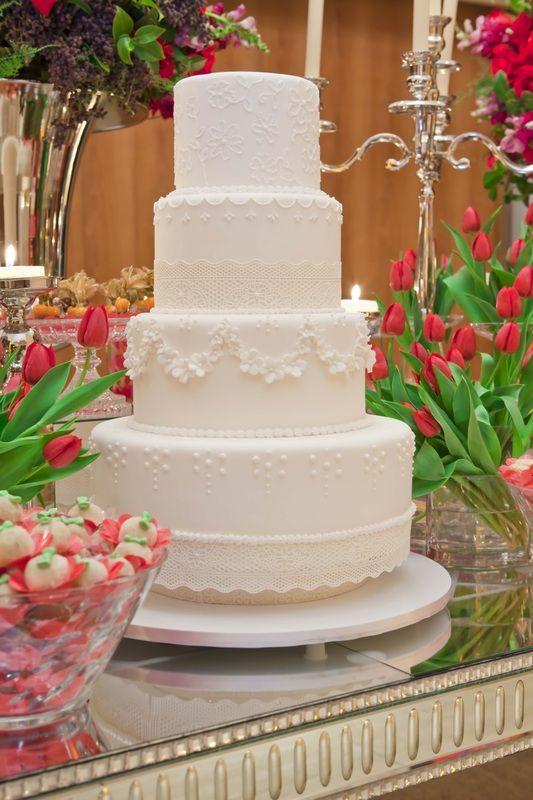 MODERN & SOPHISTICATED Nós trabalhamos exclusivamente com cada casal para realizar um bolo único e inesquecível para o seu casamento.