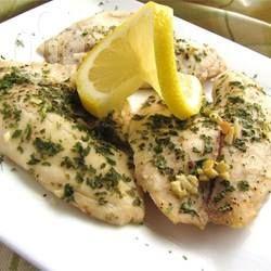 Gezonde tilapiafilets gebakken met niks anders dan citroensap, knoflook, boter, peterselie en gemalen zwarte peper. Eenvoudig, elegant en lekker! Perfect voor zowel een doordeweekse maaltijd met vis, als een speciaal etentje.