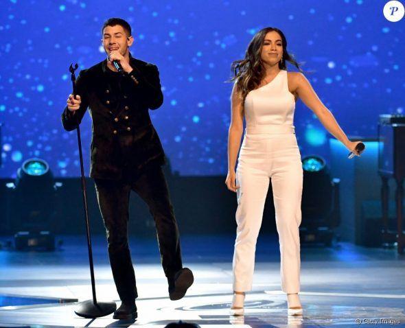 Em festa do Grammy Latino, Anitta canta com Nick Jonas homenageando Alejandro Sanz