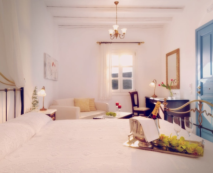 Boasting a fine selection of sumptuous sea view suites, the luxurious Melian boutique hotel offers the perfect choice for relaxing escapes and romantic interludes in the captivating island of Milos.