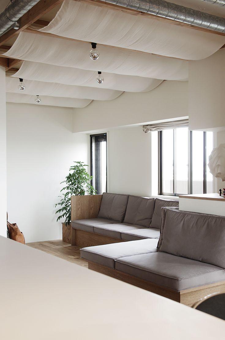 リビングの一角にゴロゴロスペース。HACHI KAGUのソファとカーテン
