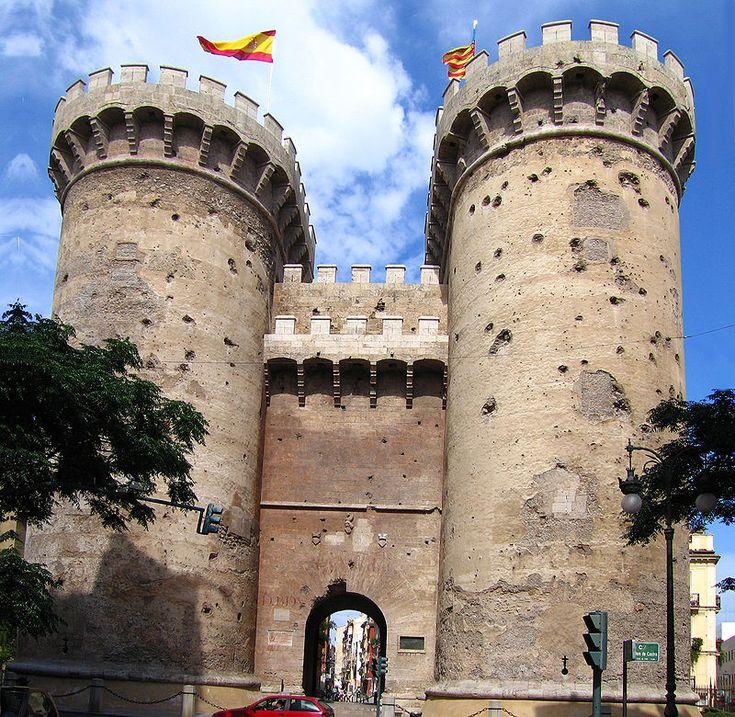 Torres quart - Tours de Quart  Les tours de Quart sont des tours jumelles, qui faisaient partie de la muraille médiévale qui protégeait le centre ancien de la cité de Valence. Elles sont situées au croisement de la rue Guillén de Castro et de la Calle Quart.