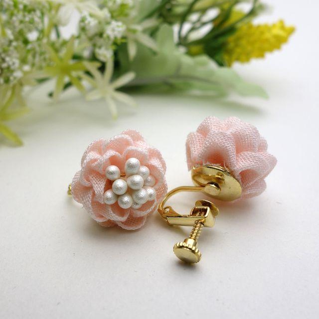 ふわっこ乙女椿のイヤリング やわらかピンク つまみ細工 アクセサリー