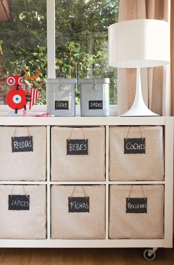 Ikea kast voor het opbergen van speelgoed. Mooie manden erin met een mooi label.