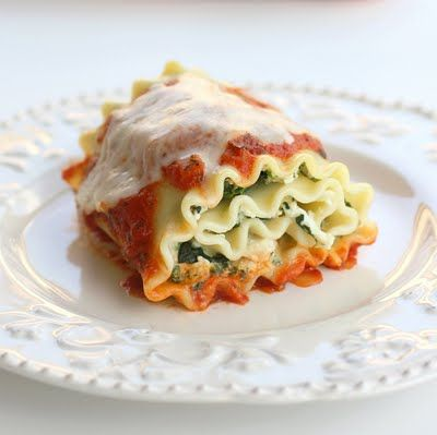 spinach lasagna rolls.. ooh i want to make these or get someone else to make them ;)