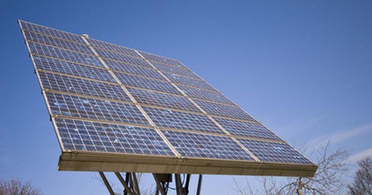 Cómo construir una batería solar. Las baterías solares son dispositivos de almacenamiento de energía que se cargan al exponerlas a la luz solar y que pueden ser utilizadas para alimentar una amplia gama de dispositivos electrónicos, que van desde simples relojes de alarma hasta estufas y calentadores eléctricos. Estos dispositivos son fáciles de construir, confiables y, debido a ...
