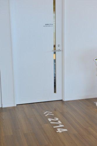 オフィス空間をユニークに彩るのは、床のいたるところに散りばめられたサイン。無駄を削ぎ落としたシャープなデザインが、IT企業にはふさわしい