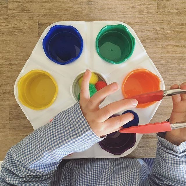 It's Painting time! 🔴🔵 We are always exploring arts and crafts at our centres as a way for the kids to express, be creative and have some fun! Try using different methods of painting and different shapes and sized objects for the kids to use on their blank canvas. Image via @playful_wren #youngacademics #kidscraft