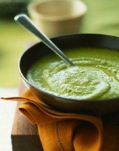 Molho verde para salada e sanduíches. Cheiro verde, alho, azeite, maionese e creme de leite sem soro.
