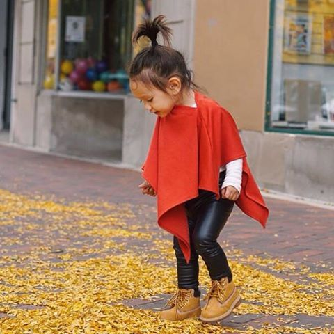Fall is my favorite season in fashion. Love the way @kingsleybelle looks in our triangle cape paired with these @omamimini legging and @timberland boots!