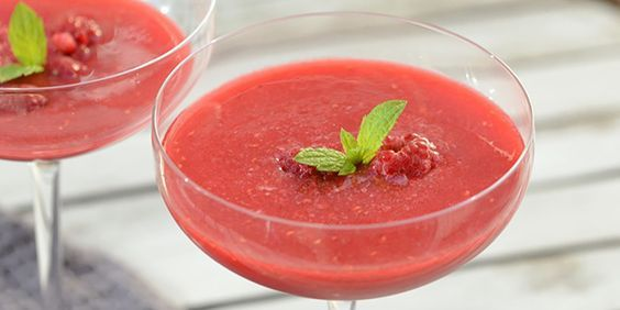 Den lækreste sommerdrink med rosé og frosne hindbær, der på én og samme tid er sød og dejligt forfriskende.