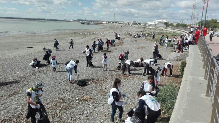 """Se desarrolló la Eco Maratón """"Playas Limpias"""", iniciativa de limpieza costera masiva entre el playón municipal y el Cristo. Participaron vecinos, familias e instituciones que recogieron residuos de todo tipo en la playa a lo largo de toda la zona urbana hasta la zona de la rotonda del avión."""