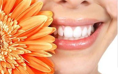 Răng ngả màu là bệnh lý nhẹ có thể thấy ở rất nhiều cá nhân. Nguyên nhân làm cho răng ố vàng là do thức ăn dư thừa lâu dần tạo thành mảng bám trên răng hay còn gọi là cao răng.