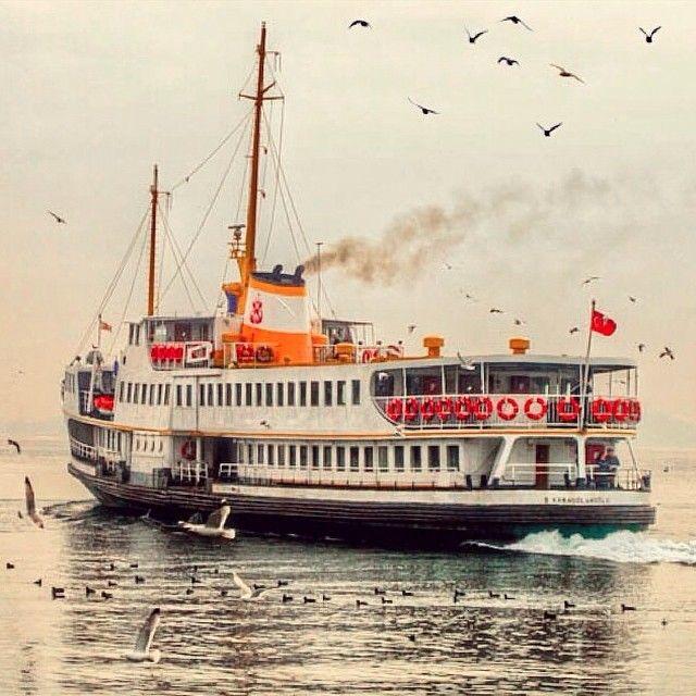 İstanbul'da yanlız bir vapur.⚓️@upmania (İstanbul ve karizması ✌️)TÜRKİYE..