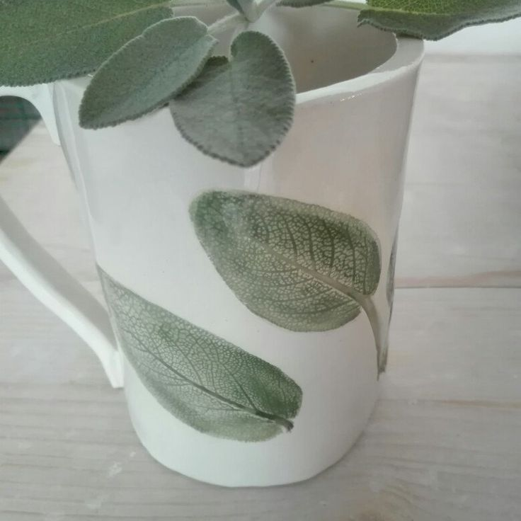 I love tea. Every season is good to drink a nice tea!  Almost cold if you like it!  This is an unique mug,  one of a kind piece.   I love sage wuth this texture and colors,  what do you think about it? 😍😍🌿