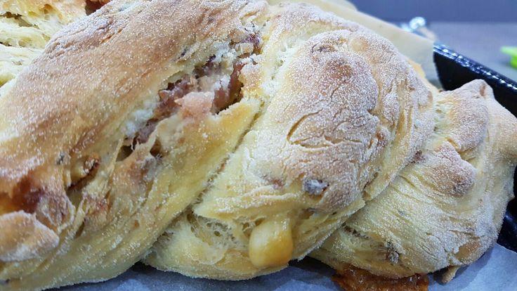 Pane condito con cipolla salsiccia e pomodoro secco