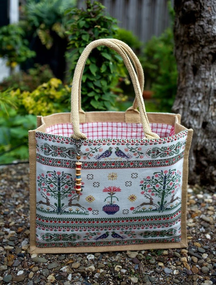 Tassen...., je hebt er nooit genoeg! Amazing jute bag recovered in fabric and lined.