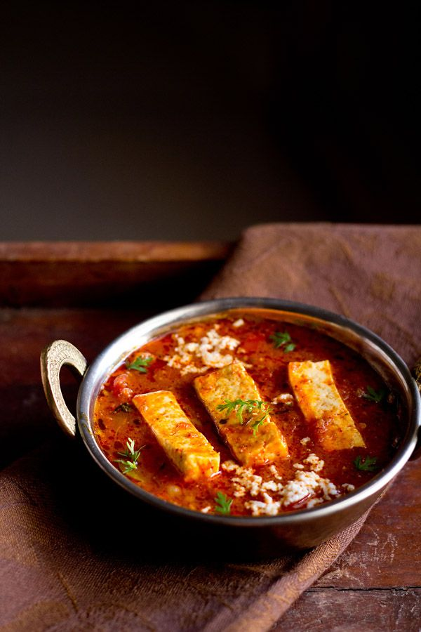 kadai paneer gravy recipe – slightly spicy and tangy recipe of cottage cheese cooked with tomatoes and freshly ground coriander and dry red chilies in a kadai. kadai paneer goes well with rotis, parathas, naan or jeera rice. step by step recipe.