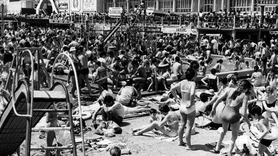 Playa de Barcelona en julio de 1967, en una de las imágenes que se puede ver en la exposición de fotografía de EFE.