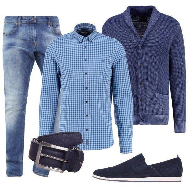 Outfit composto da camicia a quadri sui toni dell'azzurro, cardigan blu dal taglio particolare che lo fa sembrare una giacca, jeans, cinta in pelle blu e scarpe basse blu scamosciate.