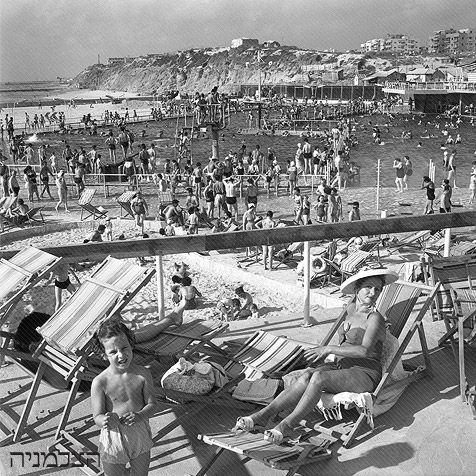 Gordon Swimming Pool by the beach, Tel Aviv, 1957.  Photo House Pri-Or.