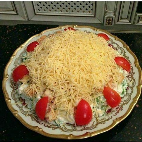 """алат """"Цезарь"""" от@vkusno_maleka 1 куриная грудка, 1-2 пучка листьев салата, сухарики, сыр, майонез, лимон, 2-3 зубчика чеснока, 2 ч.ложки горчицы. Варенную грудинку нарезать кубиками, туда же нарезать листья салата. Заправить соусом и хорошо перемешать. Соус(майонез, сок лимона, выжатый чеснок, горчица, соль) выложить салат на тарелку, накидать сверху сухарики, натереть сыром(обычно я беру пармезан, но его можно заменить простым голандским), украсить помидорами. Самый вкусный мой рецепт😋…"""