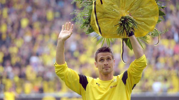 Blumen vor dem Spiel für Sebastian Kehl - Borussia Dortmund - Werder Bremen 3:2. Micki schenkt Klopp Europa zum Abschied - Bundesliga Saison 2014/15