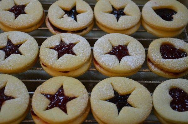 """У Niksya это печенье красиво называется """"Сабле с конфитюром"""" - там же есть и не менее красивая история. У нас был джем из Икеи так что и название более прозаичное,…"""