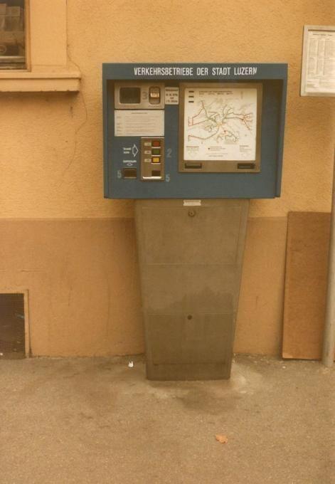 Die Billettautomaten waren von bestechender Einfachheit. Gelöst werden konnten Fahrausweise für das Stadtnetz, je nach Distanz für 60 Rappen, 80 Rappen oder 1.20 Franken. (19.11.1983; © Paul Schneeberger, Baden)