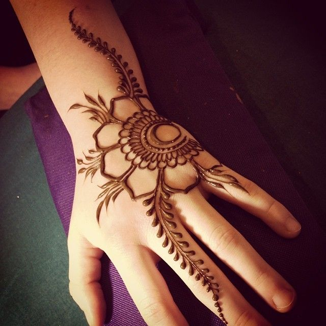 So beautifully simple! #heartfirehenna