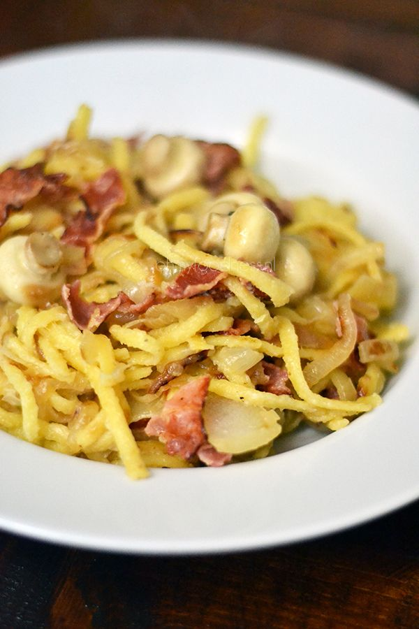 Leafs are falling, temperature is dropping.. time for a heartwarming autumn dish. This spätzle (spaetzle) with caramelized onions and bacon is the ultimate comfort food - OhMyFoodness