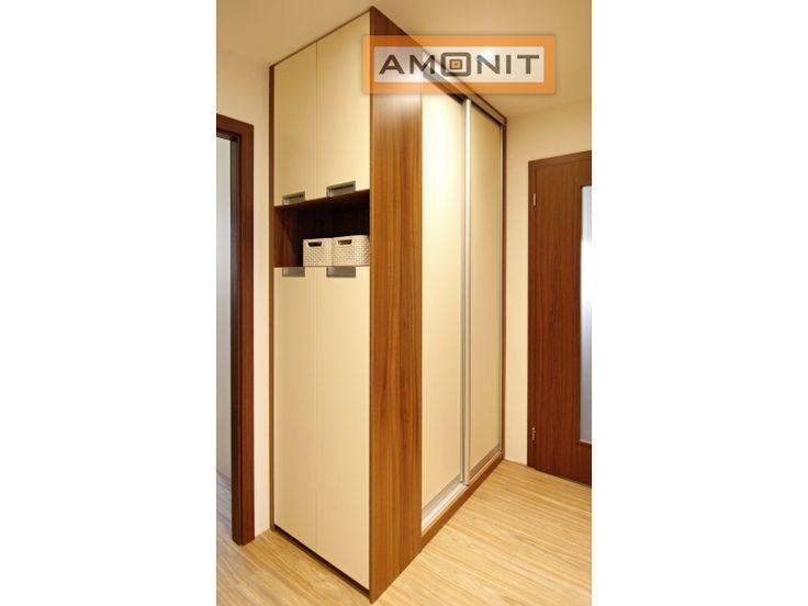 Kombinace vestavné skříně a skříně s pantovými dveřmi vypadá dobře. Dokonce zde vznikl prostor i pro praktickou poličku.