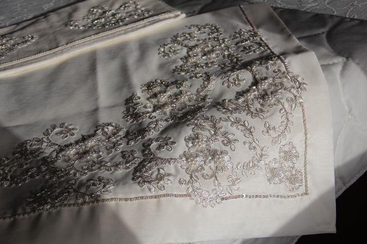 Söz- Nişan bohça takımı. İpek keten kumaş üzerine , inci işlemeli Fransız gipürü ile bezenmiş bohça, seccade ve havlu takımı.  3. resim bohça.