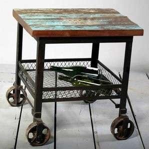 Mesita de metal y madera reciclada con rueditas