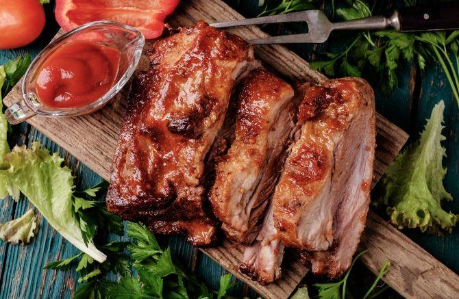 Żeberka barbecue - prawdziwe amerykańskie danie na grilla #żeberka #zeberka #grill #barbecue #miód #przyprawy #mięso #z #grilla #dania #solidne #amerykańskie #USA #przepisy #country #coooking #ideas #meat #wołowina #wieprzowina #przepisy #kulinarne