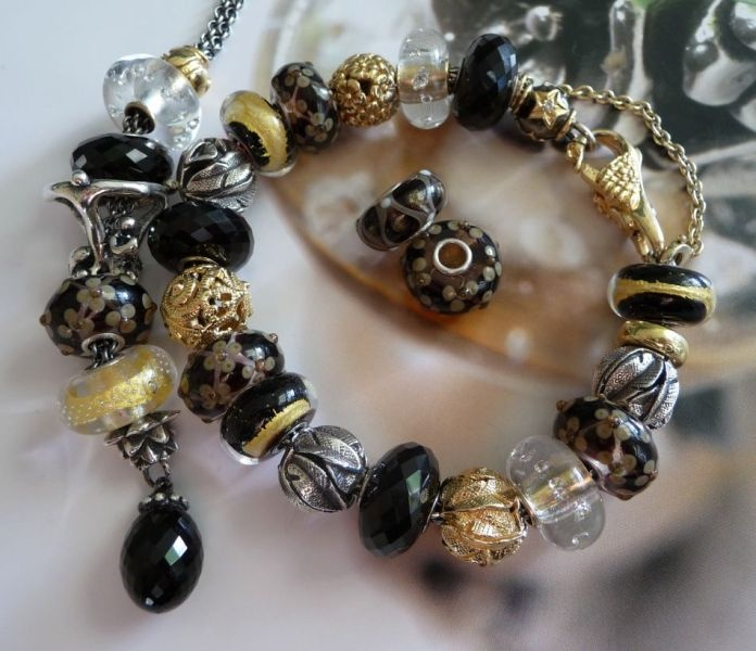 A very sophisticated group of beads from the NEW Trollbeads Holiday collection.  Photo from a great collector on Trollbeads Gallery Forum!