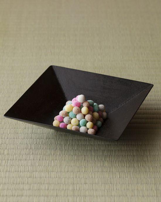 七夕にちなんだ銘(たまおりひめ)を持つ、糸の神様のお菓子。五色の味はそれぞれ違います。  菓=珠玉織姫/松屋藤兵衛  器=黒四方鉢 赤木明登作 現代