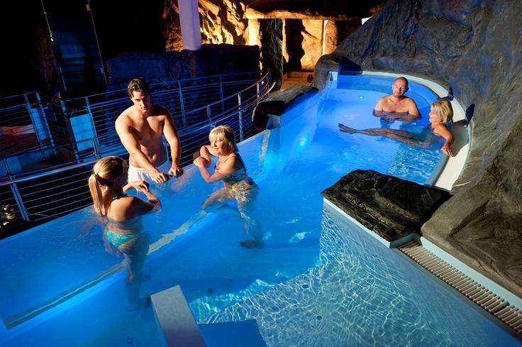 """Das erhabene Warmwasserbecken im Wellness-Dome mit 34°C ist ein Kommunikationspunkt, um """"Maulaffen feil zu halten"""". Auf den Sprudelliegen und -sitzen lässt es sich dabei wunderbar relaxen und das kohlensäurehaltige Wasser wirkt zugleich gefäßerweiternd und regt die Durchblutung an."""