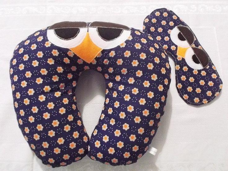 Almofada de pescoço coruja em tricoline de algodão com aplicações em feltro. Recheio macio e fofinho em manta acrílica siliconada. <br> <br>Ótima para viagens, passeios longos de carro, assistir TV e serve como apoio. Ótima e original opção de presente. <br> <br>Acompanha máscara de dormir recheada com manta resinada, com elástico na parte de trás.