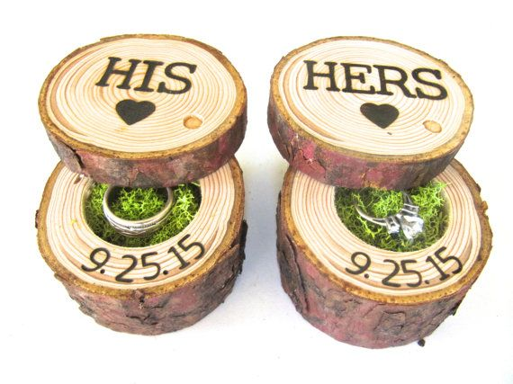 Questa coppia di scatole anello nuziale al portatore cuscino sarebbe unaggiunta perfetta a qualsiasi matrimonio. Ogni scatola di legno anello è stato tagliato da un ramo di legno Sierra Nevada recuperato. Le caselle di legno hanno state oliate per migliorare la loro bellezza naturale. Poi suo e lei sono stati legno di marca nella parte superiore delle finestre di anello di nozze.  * Fine grano legno Shoppe è apparsa consigliati in San Diego Style Abiti Sposa Magazine, Emmaline sposa, One Sun…